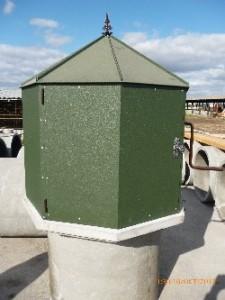 колодязный домик зеленого цвета